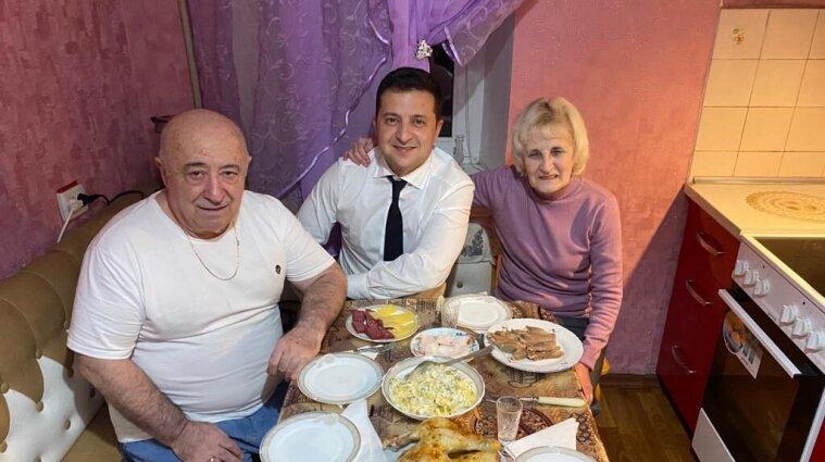 Зеленський привітав батька зі святом і показав їхні спільні фото