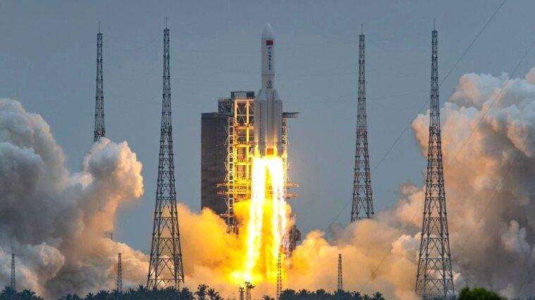 Остатки неконтролируемой китайской ракеты упали на Землю - видео