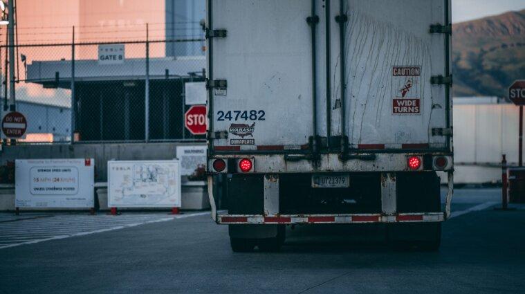 В Україні обмежили рух вантажівок державними дорогами