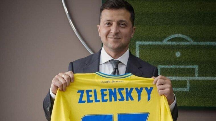 Зеленскому вручили скандальную футбольную форму: выдали 95 номер