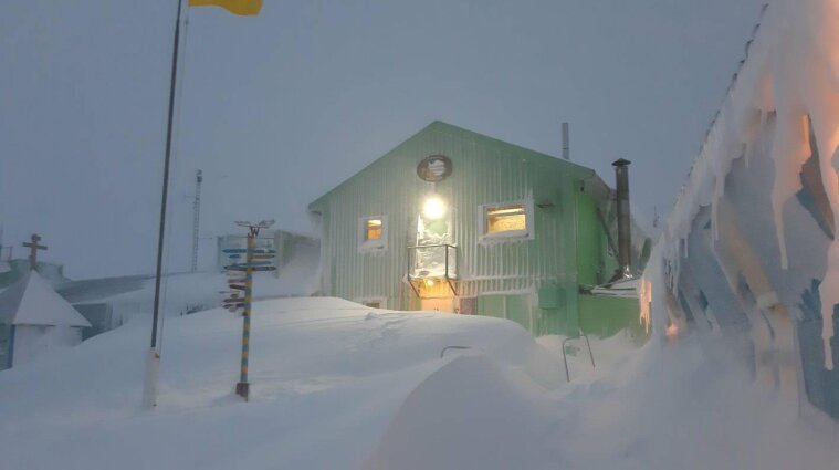 Украинских полярников замело снегом в Антарктиде