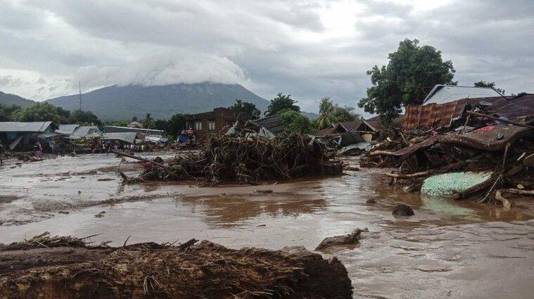 Через повені та зсуви в Індонезії загинуло понад 50 людей - відео