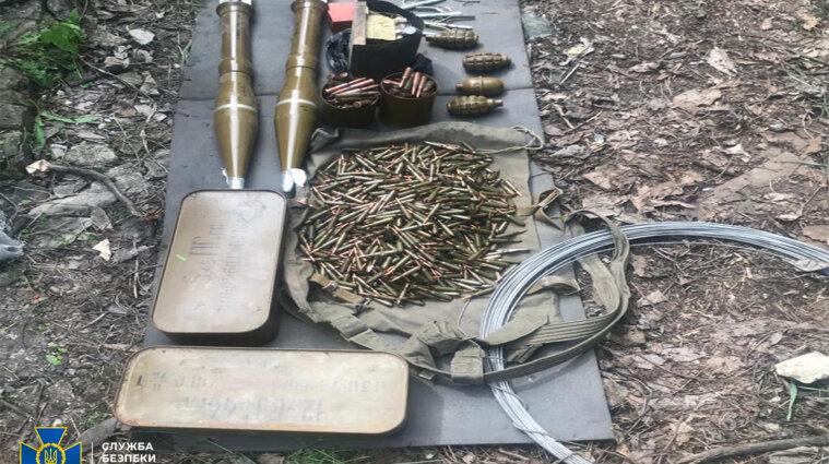В Донецкой области СБУ нашла тайник с оружием в заброшенном здании