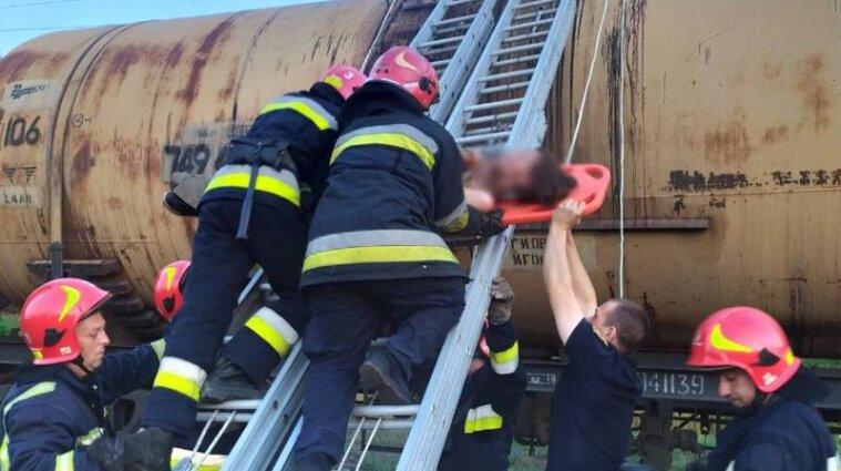 Во Львове ударило током девушку, которая делала селфи на вагоне поезда