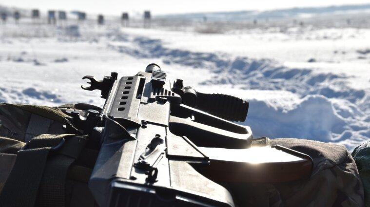 Двух украинских военных ранили боевики на Донбассе