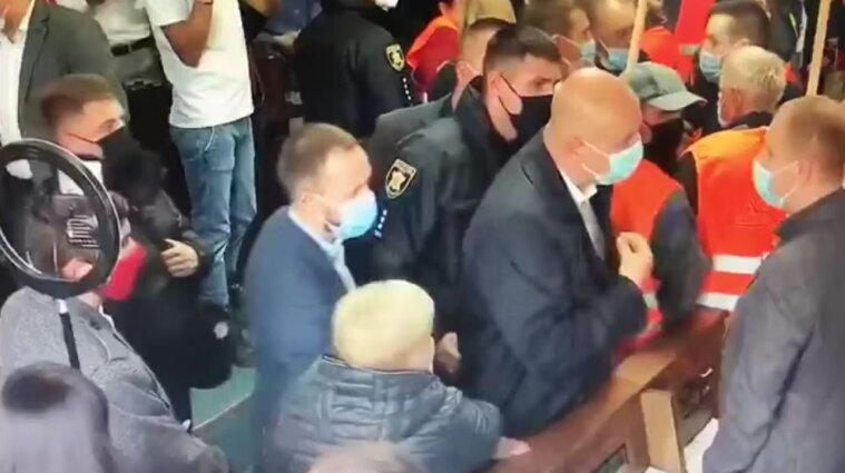 Разговаривал, а потом врезал по животу: в Черновцах один депутат избил другого (видео)