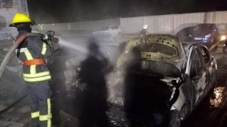 Пять автомобилей сгорели на парковке жилого комплекса под Киевом