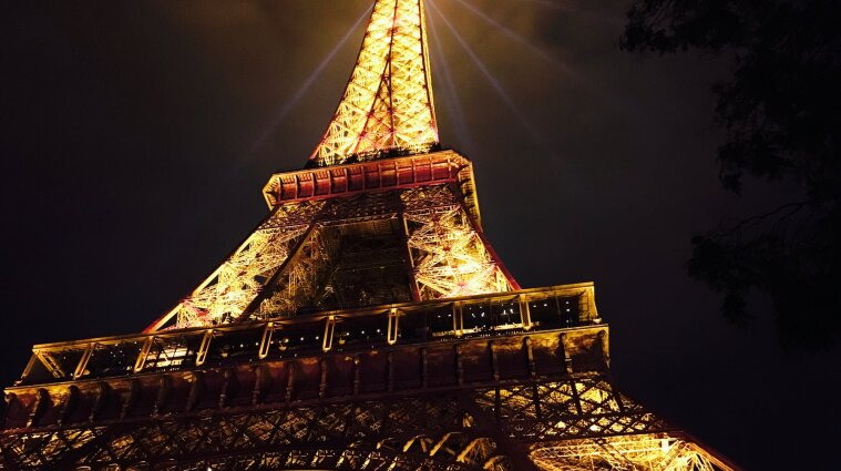 На Ейфелеву вежу в Парижі знову пускатимуть туристів