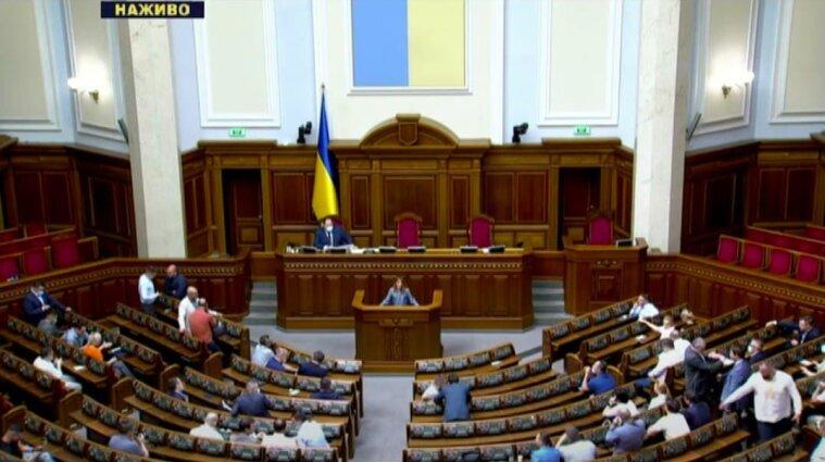 На позачергове засідання Ради прийшло менше сотні депутатів