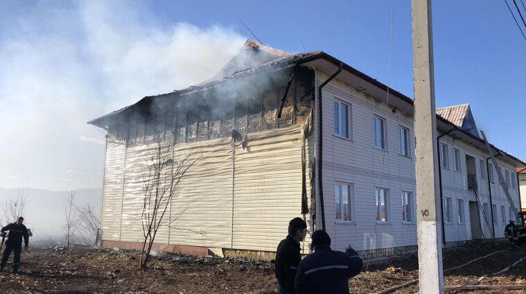 У Закарпатській області горить житловий комплекс - фото