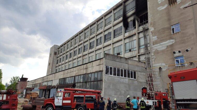 Масштабну пожежу загасили на харківському підприємстві - фото, відео