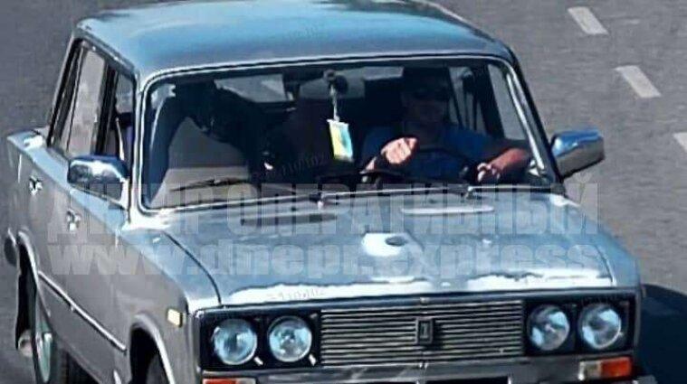 В центре Днепра мужчина ударил водителя легковушки домкратом по голове и убежал - видео