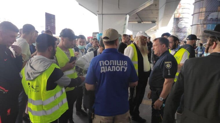 Более ста полицейских обеспечивают порядок в аэропорту во время прилета паломников (фото)