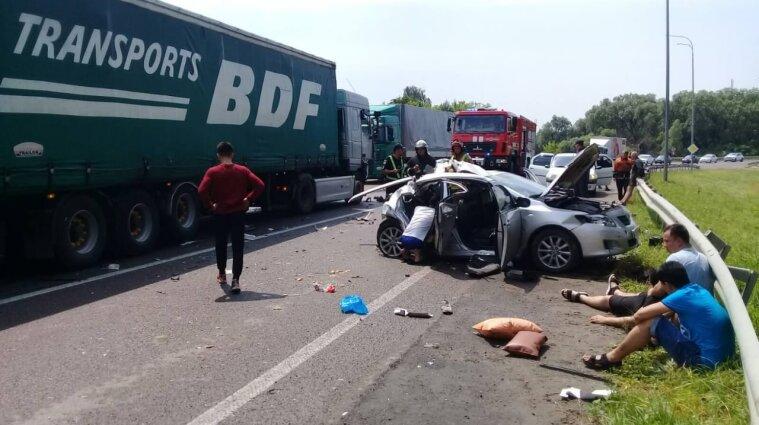 Два человека погибли и трое травмированы в результате ДТП на трассе Киев-Чоп - фото
