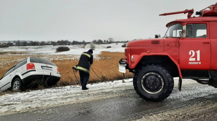 Сложные погодные условия в Украине: спасатели достают машины из сугробов