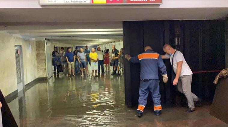 Після затоплення метро у Києві запрацювало у штатному режимі
