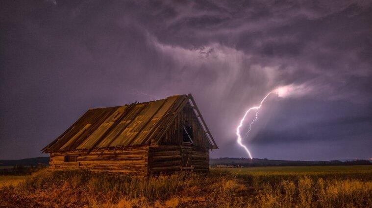 Дощі з грозами та вітер - синоптики про погоду в Україні на три доби