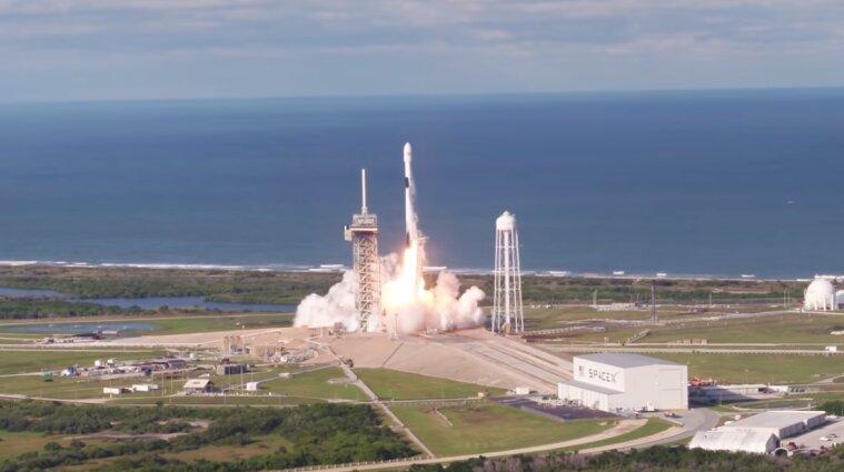 SpaceX запустила ракету із супутниками для мережі Starlink - відео
