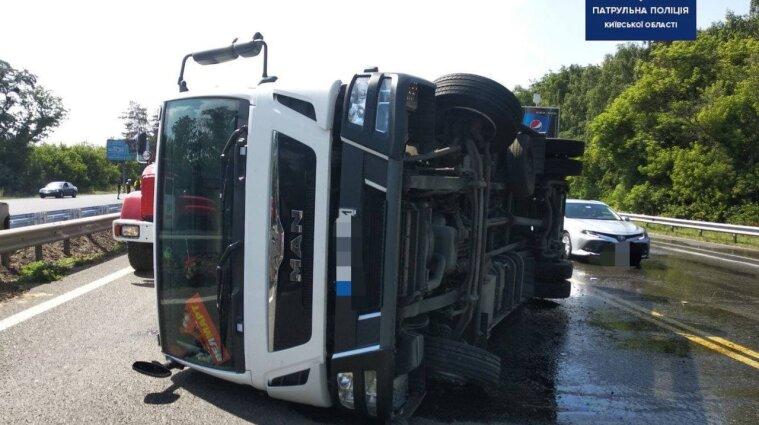 Грузовик перевернулся и перекрыл движение по трассе Киев-Харьков - фото