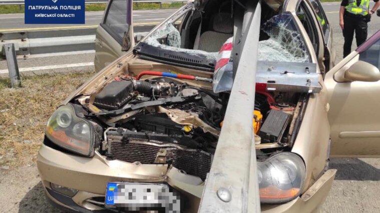 """Отбойник проткнул автомобиль на трассе в аэропорт """"Борисполь"""" - фото"""