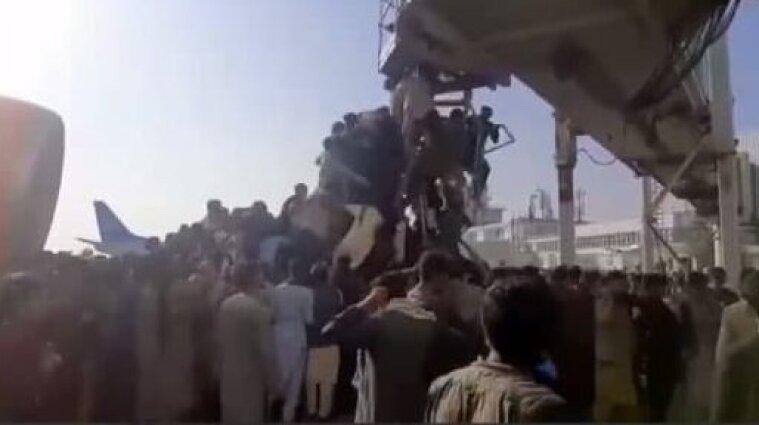 Лізуть на літак, щоб втекти з Афганістану: В аеропорту Кабула загинуло п'ятеро людей