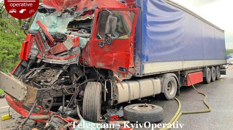 У Києві фура протаранила ще чотири вантажівки - фото