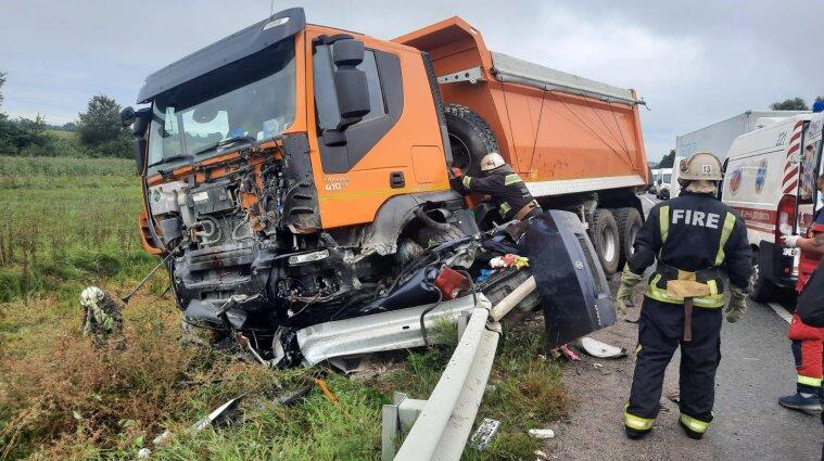 Три человека погибли в ДТП в Винницкой области: легковушка влетела в фуру