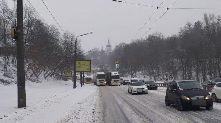 Киев остановился в пробках из-за снегопадов и ДТП - фото