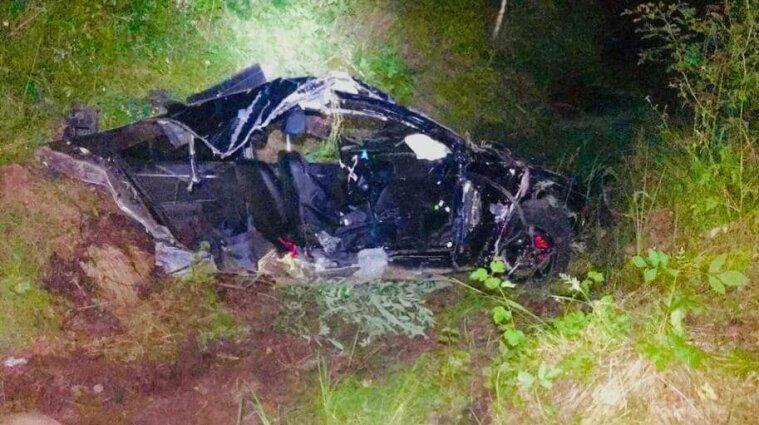 Автівку розірвало навпіл: водій на Франківщині протаранив дерево