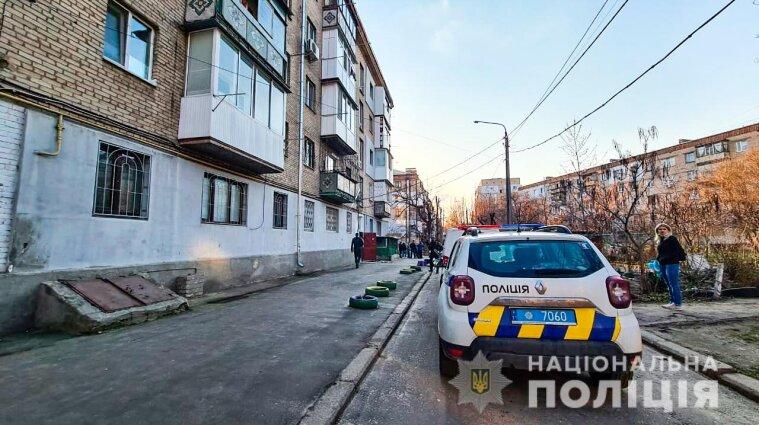 Силовики штурмовали квартиру, в которой закрылся мужчина с гранатой - фото
