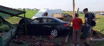 Автомобиль снес торговую палатку с арбузами вблизи Грибовки - видео