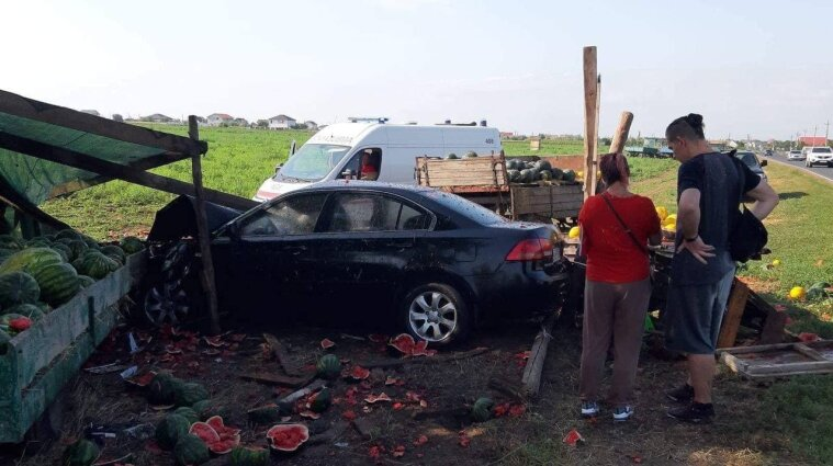 Автівка знесла торговий намет з кавунами поблизу Грибівки - відео
