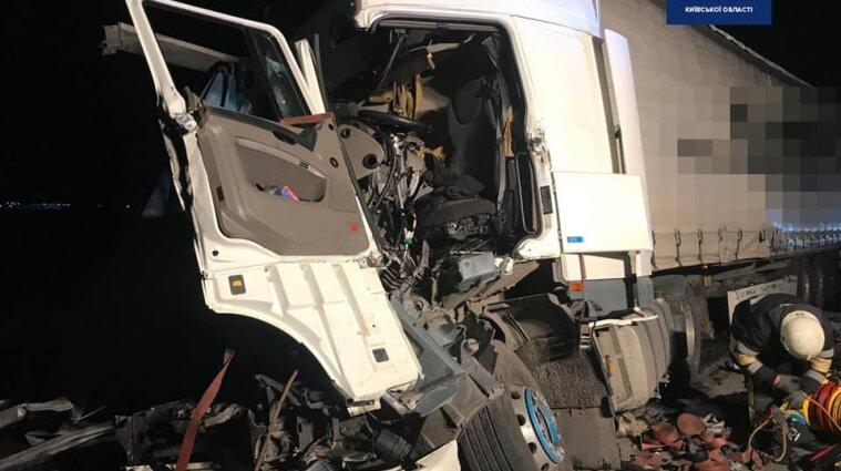 Масштабна ДТП у Київській області: зіштовхнулися три вантажівки - фото