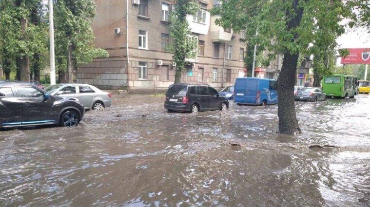 В Одесі дощ затопив вулиці, рух ускладнений - фото