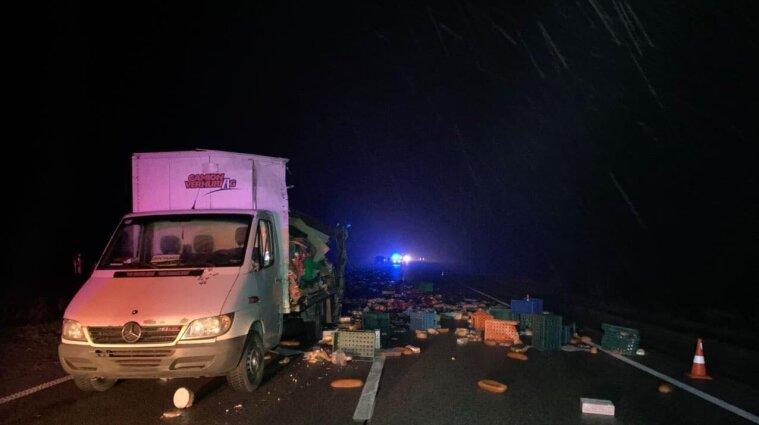 """Дорогу засипало хлібом, а вантажівка злетіла в кювет: смертельна ДТП на трасі """"Київ-Чоп"""""""