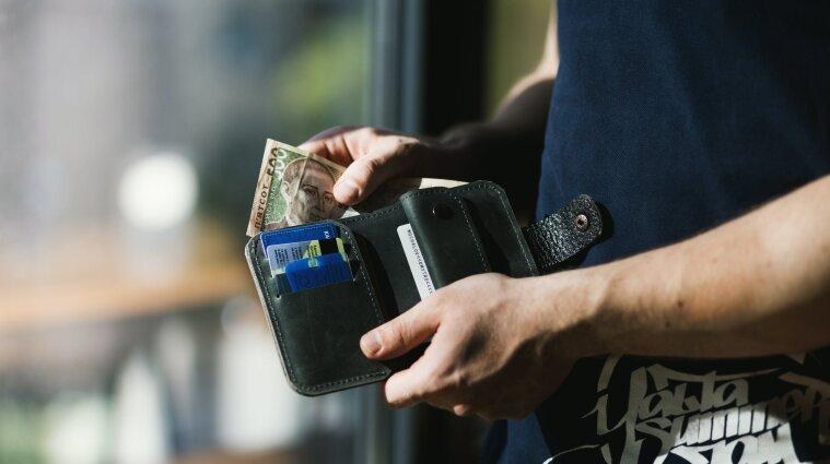 У Кабміні спрогнозували рівень середньої зарплати у 2022 році та курс долара
