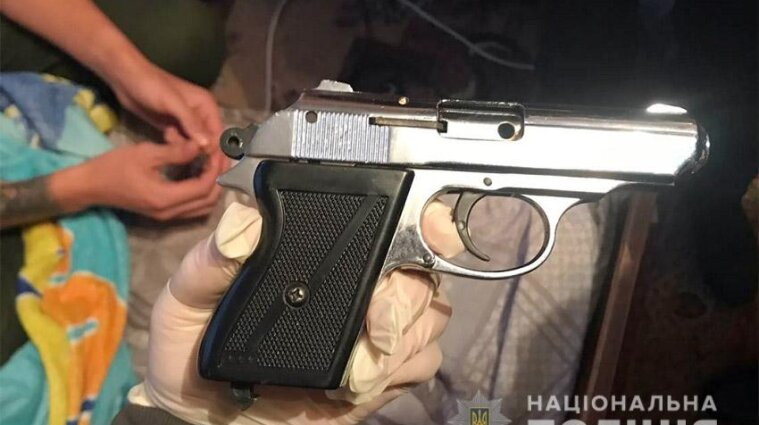 У Хмельницькому двоє молодиків стріляли з вікна квартири
