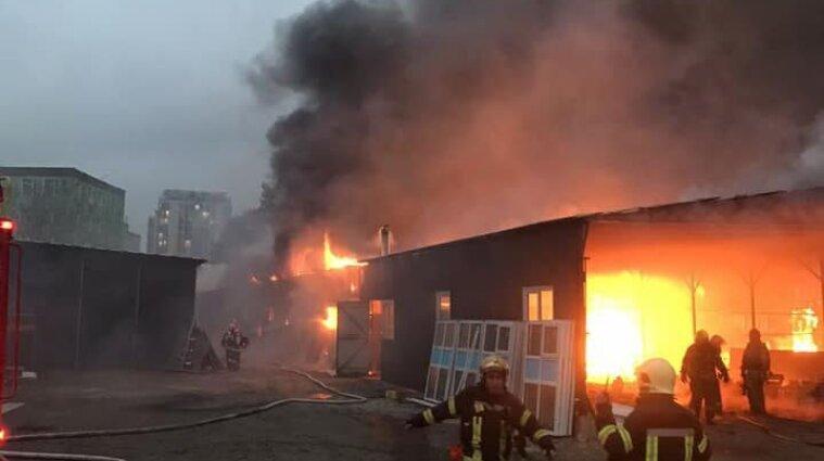 Киев в черном густом дыме: произошел пожар на складе
