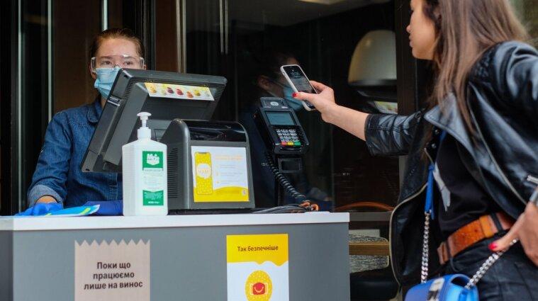"""Через законопроєкт """"Слуг народу"""" в Україні можуть зникнути Apple Pay та Google Pay"""