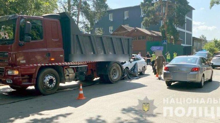 В Киеве пьяный водитель на иномарке вдавил байкершу в грузовик - видео