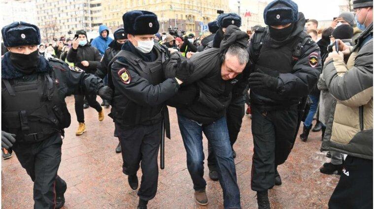 На мітингу в Росії тривають жорстокі затримання та бійки