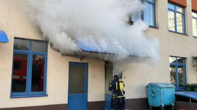 Эвакуировали 1500 детей: крупный пожар вспыхнул в одной из киевских гимназий - видео