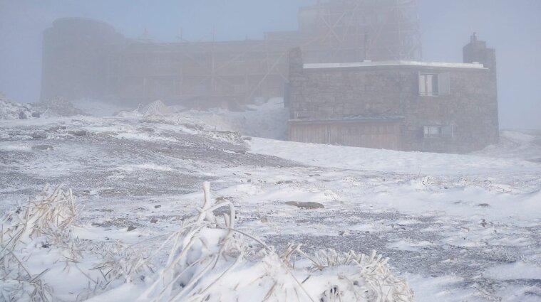 Высокогорье Карпат заметает снегом, а синоптики предупреждают о сильном ветре