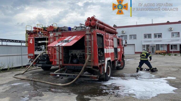 Трое человек пострадали во время пожара в Запорожье - фото