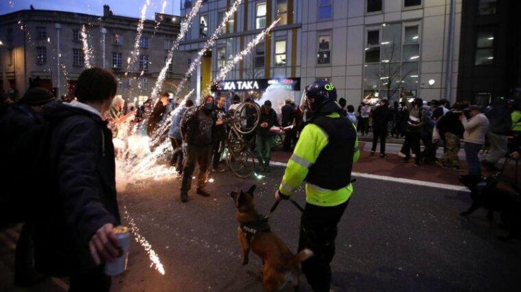 Протести у Бристолі: підпали авто, погроми та зіткнення з поліцією