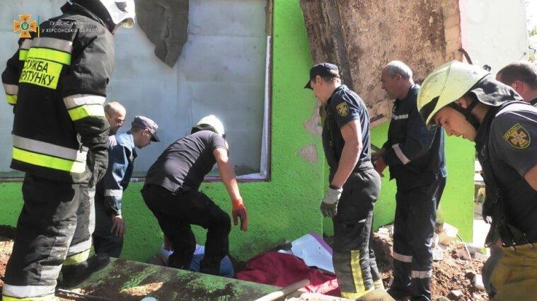 В Херсоне на мужчину упала бетонная плита - фото