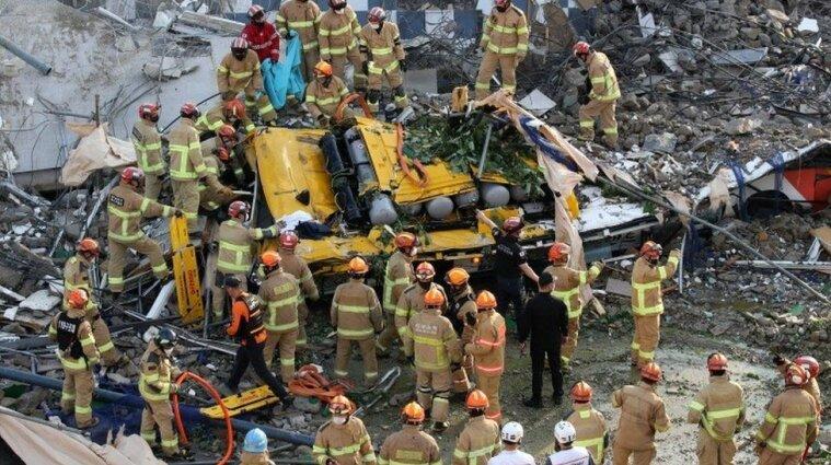 У Південній Кореї будинок впав на автобус: десяток загиблих
