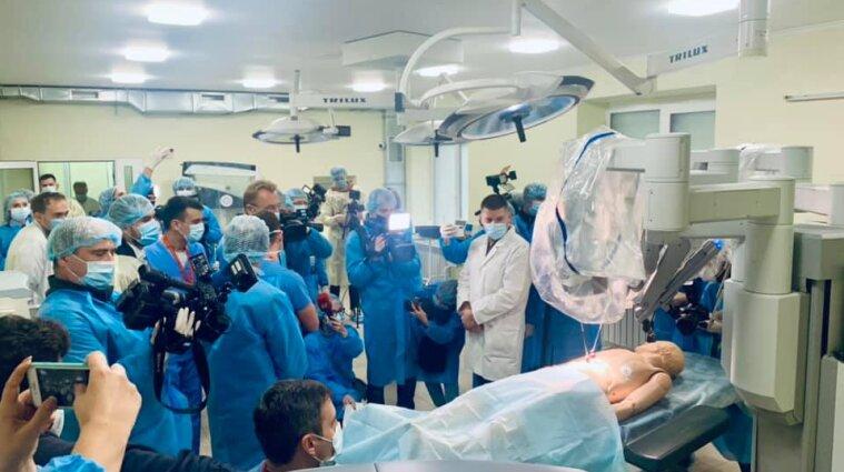 """Во Львовской больнице появился робот-хирург """"Da Vinci"""", который будет делать операции"""