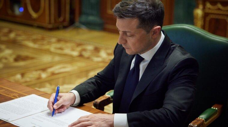 Зеленський підписав закон про заборону використання пластикових пакетів