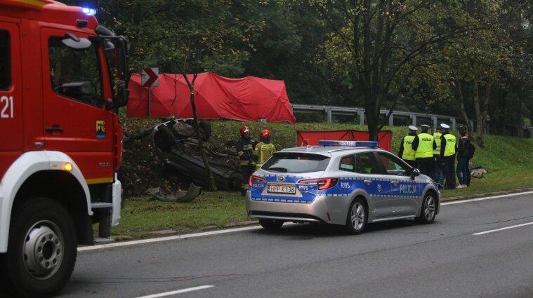 Автівка не великій швидкості злетіла з дороги: двоє українців загинули в ДТП у Польщі